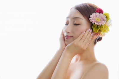 花を髪に飾る女性