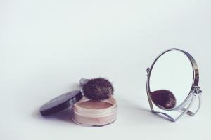 鏡とパウダーとブラシ