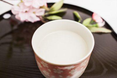 湯のみに入った甘酒と桜