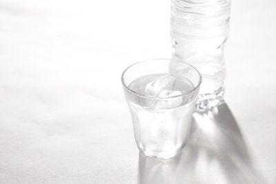 ペットボトルとグラスのお水