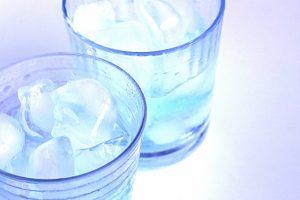 氷水が入った2つのコップ
