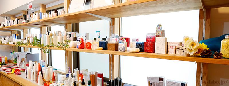 化粧品が棚に並んでいる様子