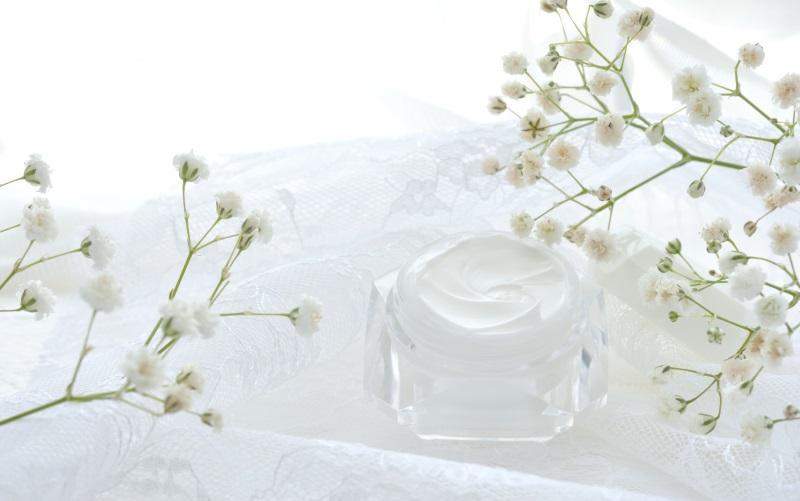 白い花と化粧品