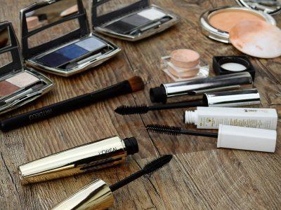 散らばった化粧品