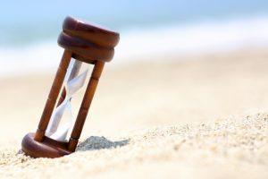 海が背景の砂時計
