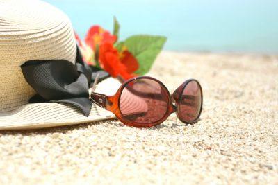 強い紫外線を浴びているサングラスと麦わら帽子