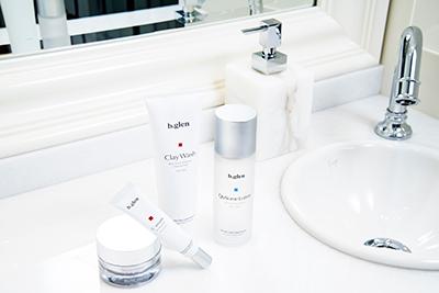 乾燥・保湿ケアが洗面所に並ぶ写真