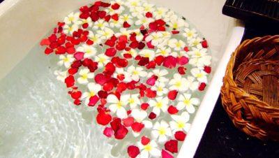 花の浮いた浴槽の画像