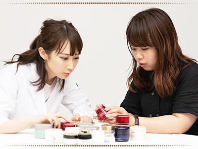 クリームを選定する美容家の写真