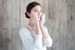 洗顔泡を頬につける女性