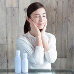 頬に手を当てる女性のスキンケアイメージ