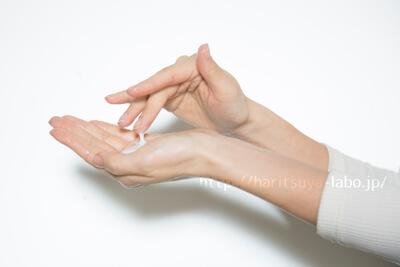 クリームと女性の手