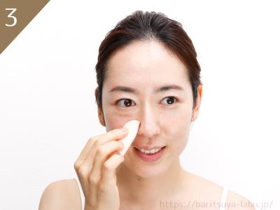 ③細かい部分はスポンジの角、目元はスポンジの面を使ってつける