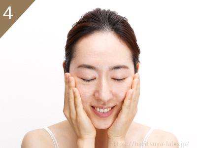 ④顔全体を手のひらで優しくハンドプレスして肌に定着させて完成