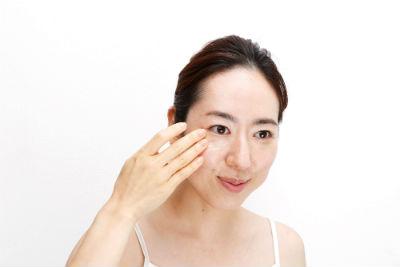 リキッドファンデーションを手で顔全体に伸ばす