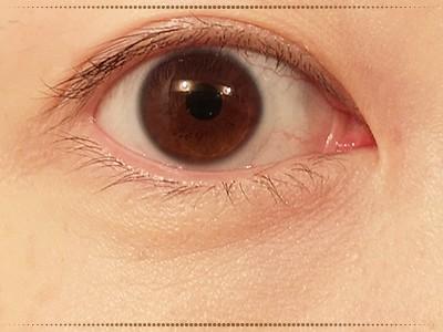 女性の目元の写真
