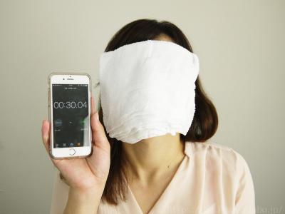 蒸しタオルを顔にのせて、30秒~1分ほど時間をおきます