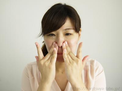 毛穴汚れの気になる箇所を中心に、やさしく顔全体をマッサージするように撫でる