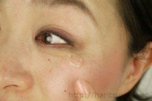 モデルの目元にアイクリームを塗布している画像