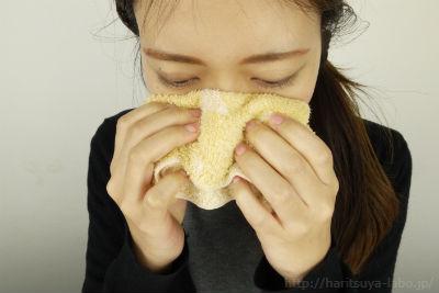 蒸しタオルを鼻にあてている