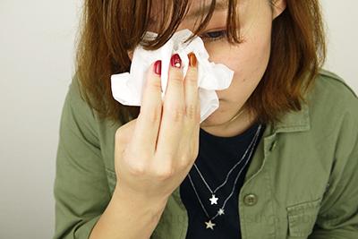 鼻についた重曹ペーストをティッシュで拭き取っている
