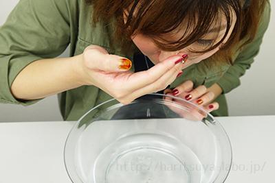 鼻についた重曹ペーストを洗い流している