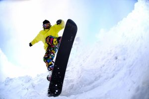 スノーボードをする人