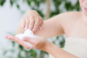 洗顔 泡立てる 女性