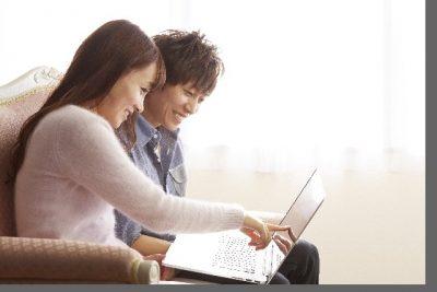 パソコンを眺める男女
