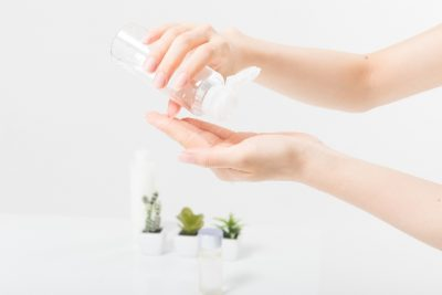 化粧水を手に取る画像