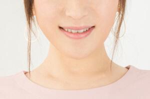 微笑む女性の口元