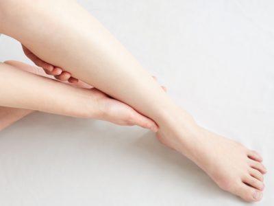 女性が足を保湿している