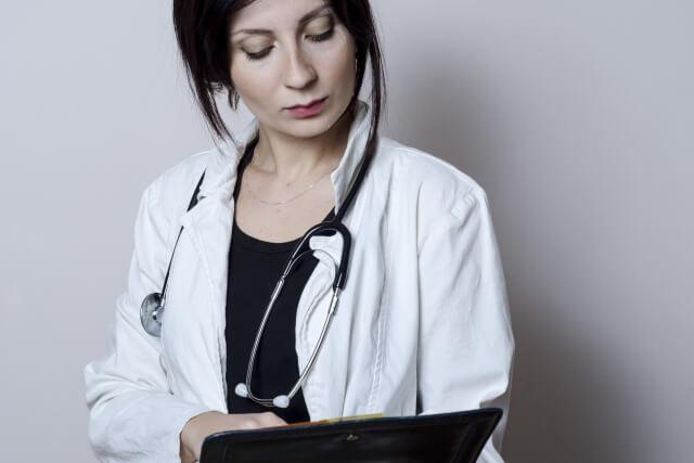 聴診器とカルテを持った女医の写真
