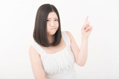 女性が怒って人差し指を立てている画像