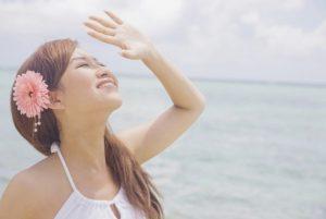 日差しを浴びる女性の写真