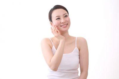 頬を触って微笑む女性の写真2