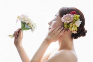 お花を持つ 女性