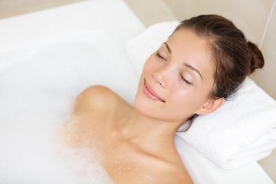 お風呂でリラックスしている女性