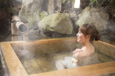 温泉に浸かっている女性
