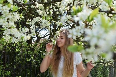花に囲われた春の女性