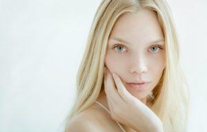 きれいな新鮮な肌を持つ美しい若い女性
