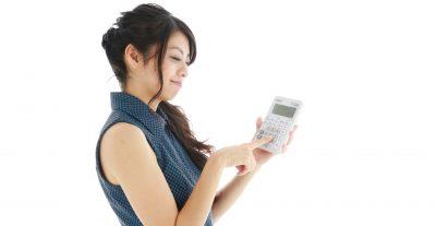 女性が電卓を売っている画像