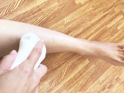 家庭用脱毛器を足に使用している様子