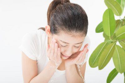 洗顔をする女性の写真