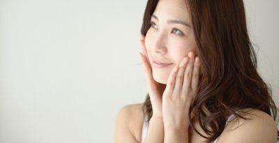 女性が頬に手を当てて微笑んでいる画像