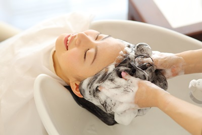 サロンで髪を洗う女性