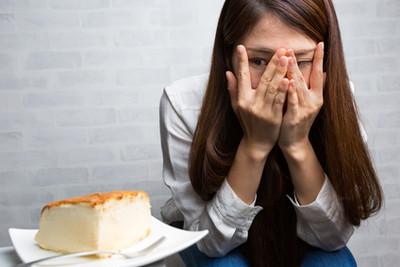 食欲を我慢している女性