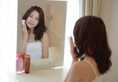 女性が化粧水を塗っている写真