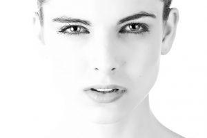 外国人女性のアップの白黒画像