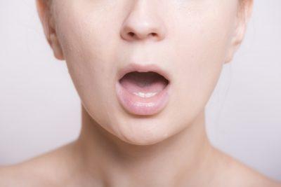 口をあけている女性